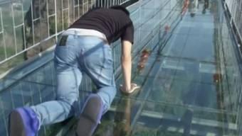 Nur für Mutige: Die Glasboden-Brücke in der Provinz Hunan im Südosten Chinas.