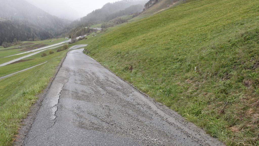 Eine 33-jährige Frau ist am Samstagnachmittag im Graubünden auf der Abfahrt von Bos-cha nach Ardez auf der nassen Strasse mit dem Velo ausgerutscht und gestürzt. Sie zog sich mehrere Knochenbrüche im Gesicht und an einer Hand zu.