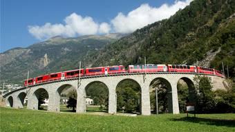 Der Bernina-Express fährt über das berühmte Kreisviadukt