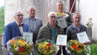 Geehrt und zum Ritter geschlagen (v.l.): Hansueli Loosli (700 Stunden, Seniorenobmann), Hansruedi Baumgartner (Graf zu Bechburg und Schlossparkpräsident), Carlo Franzoni (neuer Ritter, 123 Stunden), Hans Habegger und Dino Bosin (je 300 Stunden).