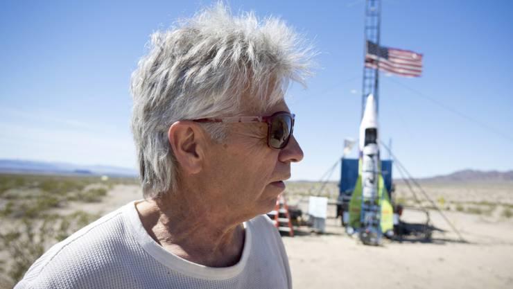 """""""Mad Mike"""" Hughes vor der Startrampe seiner selbstgebauten Rakete im Jahr 2018 in der Nähe von Amboy in Kalifornien. (Archivbild)"""