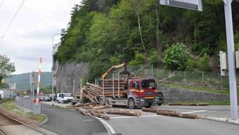 Mehrere Baumstämme blockierten die Fahrbahn