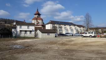 Der Zweckverband BPZ Schlossgarten hat die Möglichkeit, eine weitere Liegenschaft an der Neufeldstrasse (links im Bild) zu erwerben. Das Nachbargebäude wurde 2017 gekauft und abgerissen (Gelände im Vordergrund). Auf dem Grundstück soll eine Erweiterung des Schlossgartens entstehen.