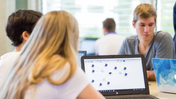 Informatik (hier der Unterricht an der Neuen Kantonsschule Aarau) ist bereits Pflichtfach an den Mittelschulen, politische Bildung und Medienbildung sollen es ab Schuljahr 2019/20 werden.