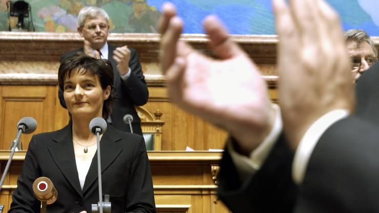 Applaus für die nicht wiedergewählte Bundesrätin Ruth Metzler am 10. Dezember 2003 vor der Vereinigten Bundesversammlung in Bern.