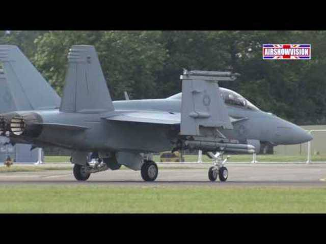 Die Boeing F/A 18 Super Hornet zeigt an einer Show 2016, was sie kann.