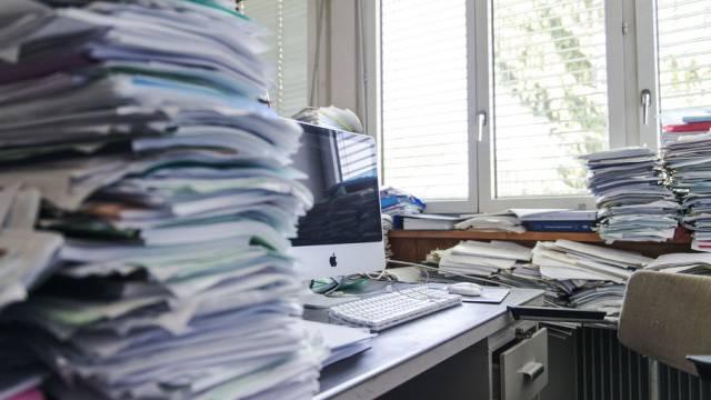 Papierstapel auf einem Schreibtisch (Symbolbild)