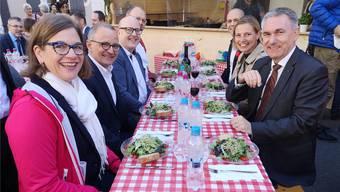 Rainer Zulauf (Dritter von links) beim Mittagessen am MAG 2018. uhg