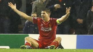 Am Boden: Liverpool-Captain Steven Gerrard fordert beim 1:1 gegen Basel erfolglos einen Pfiff des Schiedsrichters