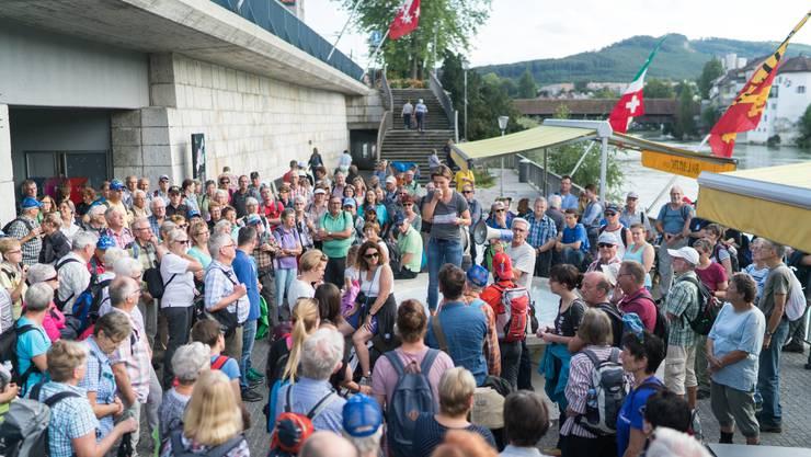 229 Leserwanderer besammeln sich vor der Martin-Disteli-Unterführung in Olten.