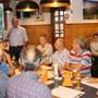 Markus Dieth (stehend) ging von Tisch zu Tisch und sprach mit den Anwesenden. Darunter Frau Stadtammann Barbara Horlacher (r.)