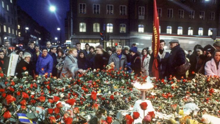 Trauernde legen kurz nach dem Tod von Olof Palme 1986 Blumen nieder. Der Fall ist noch immer nicht gelöst. (Archiv)