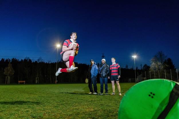 Jeremy Toa fängt unter Beobachtung seines Vaters und Trainers Latai Toa (links), seines Trainers Saukarasa Ravisinga und eines Teamkollegen den Rugby-Ball.