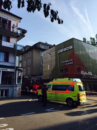 Die Ambulanz sowie die Feuerwehr und Polizei rücken an.