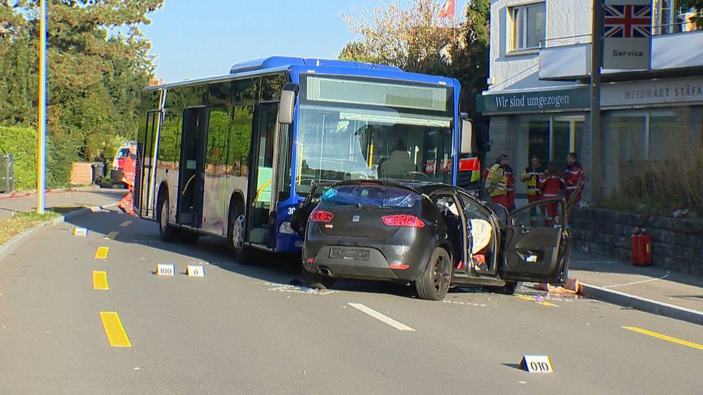 Stäfa (ZH): Ein Schwerverletzter bei Frontalkollision zwischen Auto und Linienbus