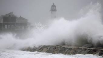 Meterhohe Wellen peitschen in Scituate (Massachusetts) gegen die Kaimauer. Ganze Küstenzonen an der US-Ostküste stehen nach einem Wintersturm unter Wasser.