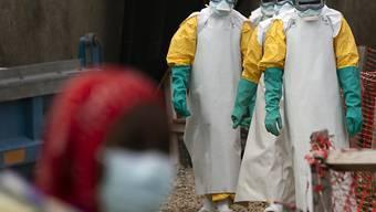 ARCHIV - Helfer in spezieller Schutzkleidung kommen zur Arbeit in ein Ebola-Behandlungszentrum. Der zentralafrikanische Kongo ist offiziell frei von der gefährlichen Krankheit Ebola. Foto: Jerome Delay/ap/dpa