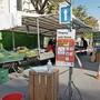 Strenges Regime vor einem Marktstand während des Standverkaufs am Donnerstag.