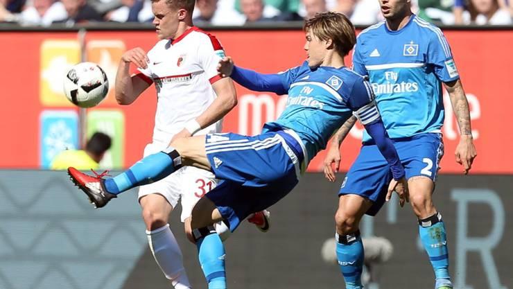 Der HSV in Rücklage: Gotoku Sakai (in blau) im Zweikampf mit Augsburgs Philipp Max
