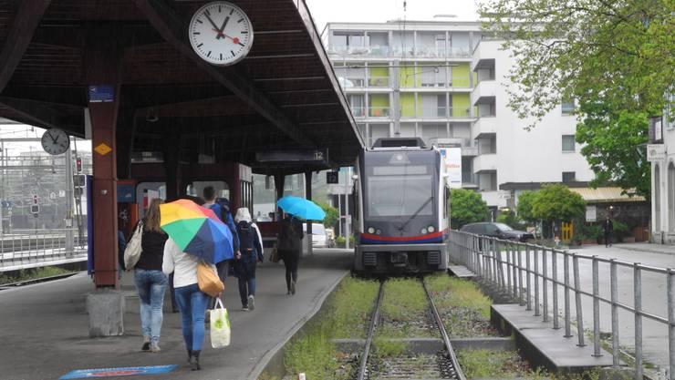 Der Betreiber der BD-Bahn (hier die Haltestelle in Dietikon) wird ab 2022 auch die Limmattalbahn betreiben.