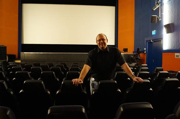 Der ehemalige Hochleistungsschwimmer Martin Romer in seinem Ciné Capitol in Dietikon.