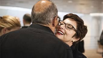 Anita Fetz strahlt am Kopf von Martin Lüchinger vorbei, als sie der SP-Grossrat zur Wahl beglückwünscht.