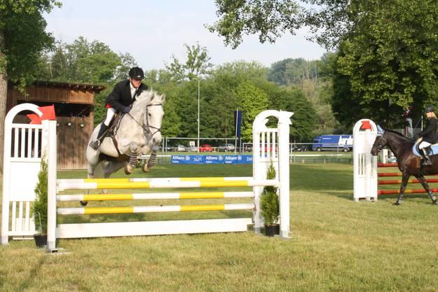 Das gelbe Hindernis überquerte das Pferd spielend. (Jessica Dubois).