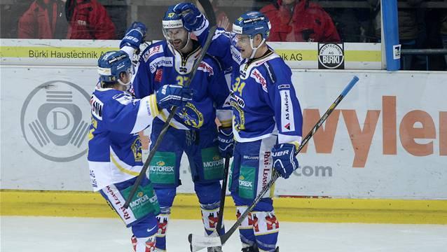 Die Langenthaler Manuel Holenstein (links) und Claudio Cadonau (Mitte) hatten gegen Sierre viel Grund zum Feiern.