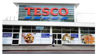 Der britischen Supermarktkette Tesco laufen die Kunden davon. Keystone