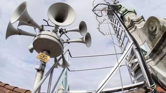 Seit 2016 können die Sirenen in allen Kantonen von den Kantonspolizeien zentral ausgelöst werden, hier die Sirene auf dem Dach des Stadthauses Zürich. (Archivbild)
