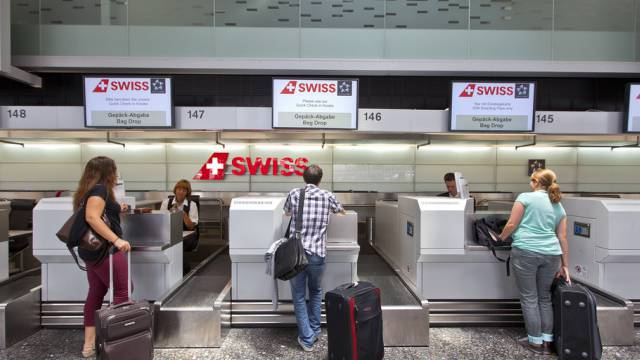 Kunden am Check-in der Swiss in Zürich (Symbolbild)