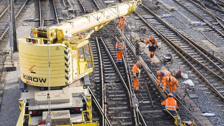 Nach dem Unfall am Mittwoch 29.11.17 wurden zwei Tage danach immer noch die Gleise und Weichen repariert.