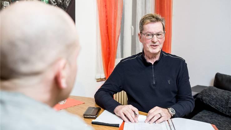 Fredy Baumann während eines Treffens in der Wohnung eines Klienten. «Viele brauchen die Hilfe ein Leben lang», sagt er.Sandra Ardizzone