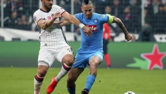 Napolis Captain Marek Hamsik (rechts) im Kampf um den Ball mit Tolgay Arslan von Besiktas Istanbul