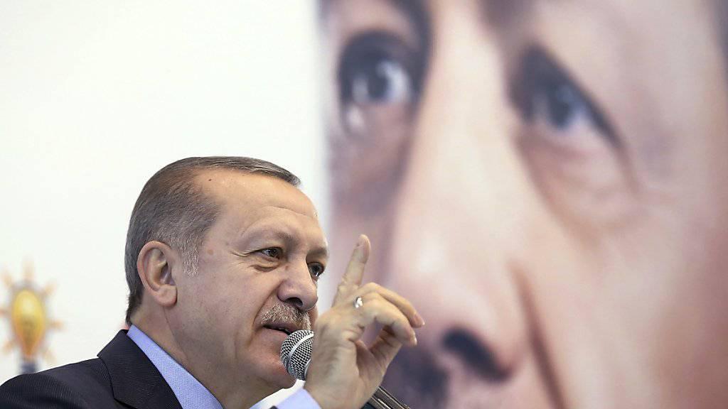 Der türkische Präsident Recep Tayyip Erdogan spricht sich gegen Zinserhöhungen aus - die wären aber nötig, um die hohe Inflation in der Türkei in den Griff zu bekommen. (Archiv)