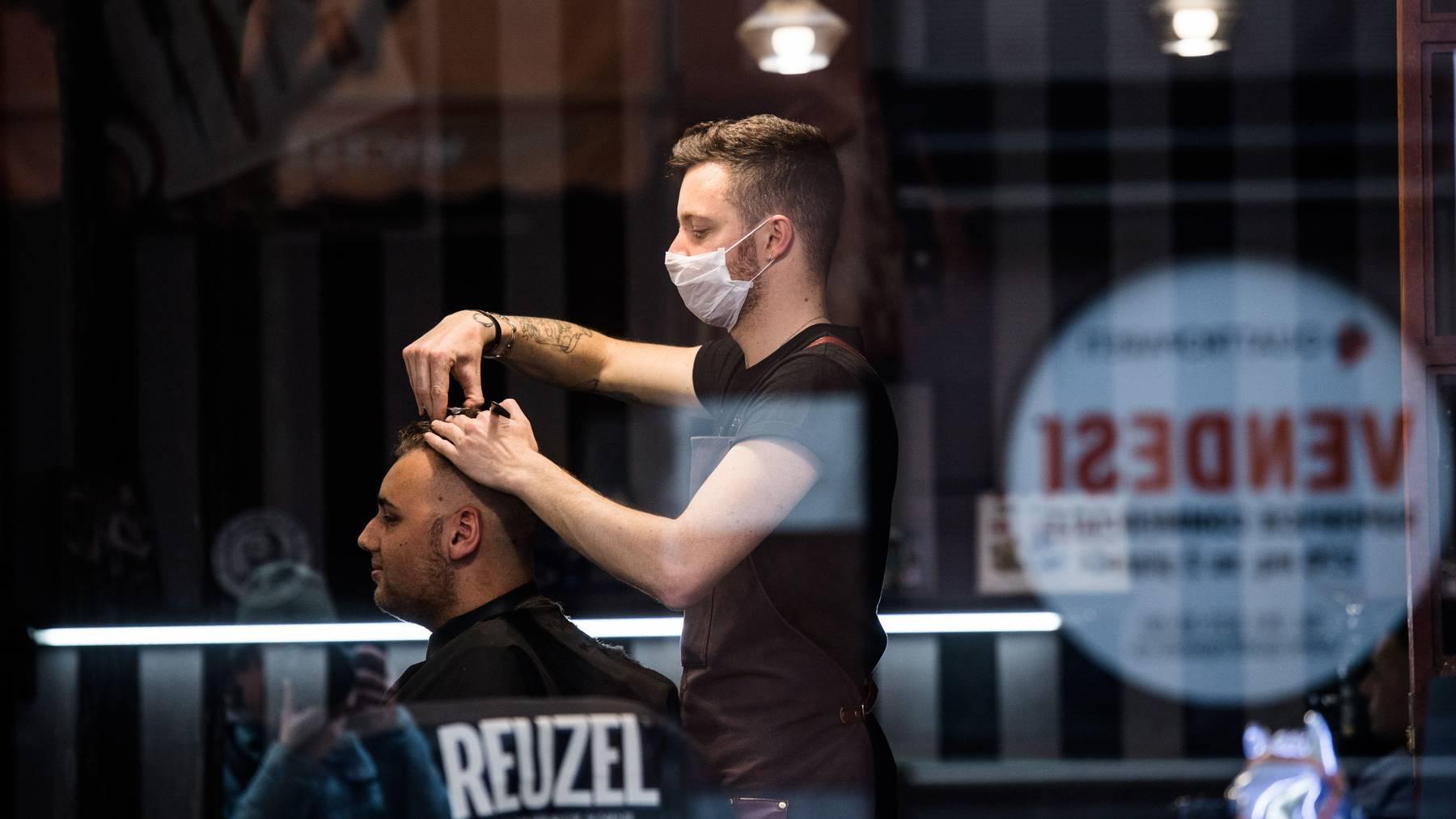 Als Friseure ihren Kunden noch die Haare schneiden durften.