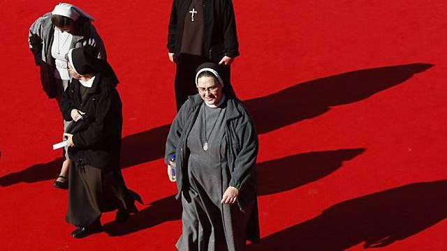 """Nonnen vor einer Vorstellung des Films """"Popieluszko"""" in Rom"""