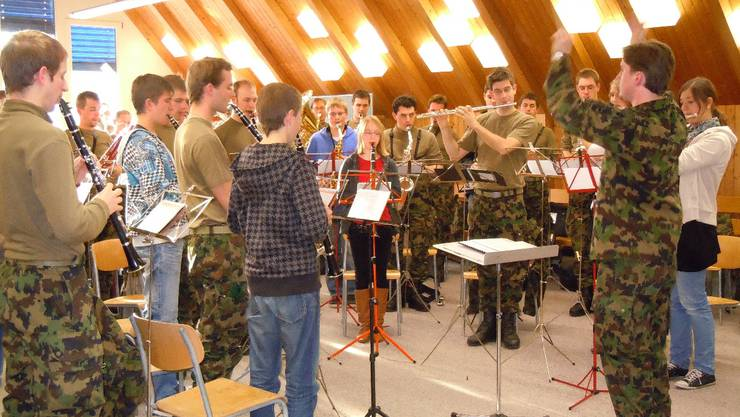 Spielen im Stehen will geübt sein: Dirigent David Eiermann beim Workshop im Schulhaus Lupfig.