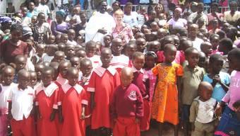 In einer grossen Feier bedankte sich die Bevölkerung von Kigoto bei Elsy Amsler für den neu gebauten Doppelkindergarten. zvg