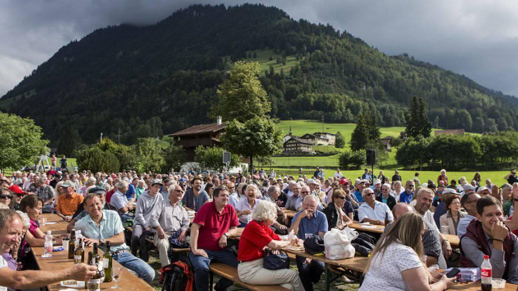 Ausgelassene Stimmung an der Gedenkfeier zum 600. Geburtstag von Bruder Klaus in Flüeli-Ranft im Kanton Obwalden.