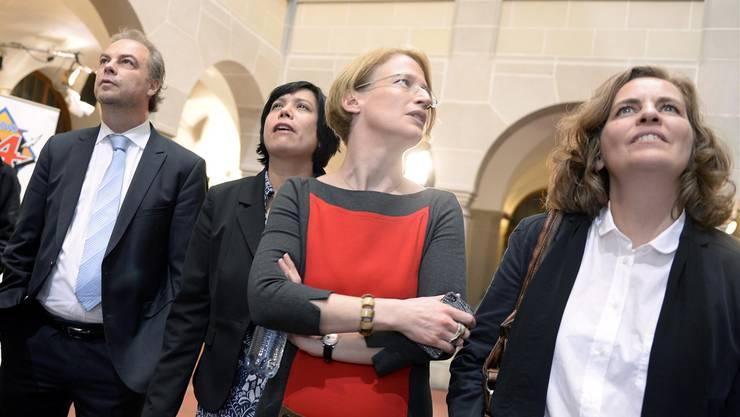Wer gewinnt? Roger Liebi (SVP-Präsident), Min Li Marti (SP Fraktionschefin), Beatrice Reimann (Co-Präsidentin SP) und Karin Rykart (Co-Präsidentin Grüne) verfolgen die Wahlresultate im Zürcher Stadthaus.KEY