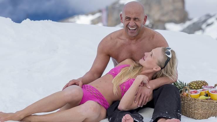 Das macht Kazim Carman glücklich und gibt ihm Kraft: Standard Kazim-Birchermüesli (rechts), zusammen mit dem italienisch-ukrainischen Top-Model Tatiana Ogorodova im Schnee auf dem Titlis in 3'000 Metern über Meer bei den Dreharbeiten zum neusten Video-Clip.