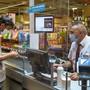 Ab kommenden Freitag müssen Kundinnen und Kunden im Kanton Freiburg beim Einkaufen eine Maske tragen.