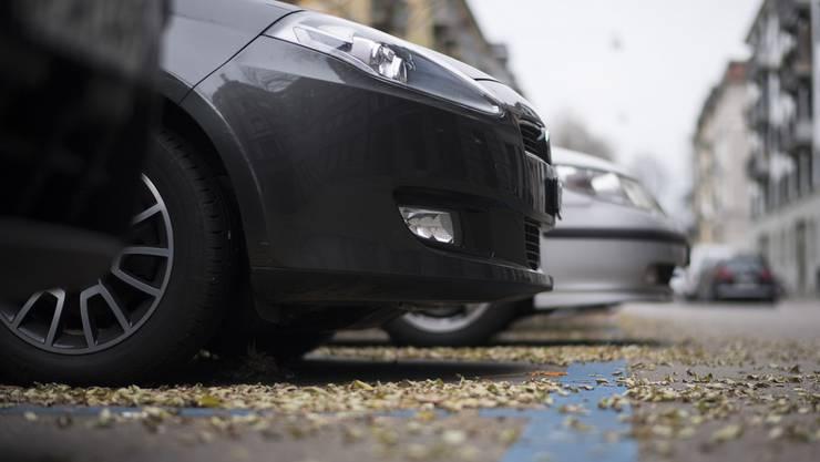 Der Mann behauptete, dass man eine Manövrierzeit für das Ein- und Ausparkieren von je 15 Minuten zur Parkzeit hinzurechnen dürfe. Demnach habe er die Parkzeit in der blauen Zone nicht überschritten. (Symbolbild)