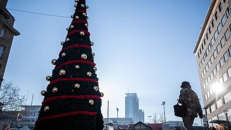 In Deutschland sollen an Weihnachten bis zu zehn Personen zusammen feiern dürfen, plus Kinder. Foto: Fabian Strauch/dpa
