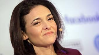 Facebook-Chefin Sheryl Sandberg spricht am 18. Januar 2016 in Berlin auf einer Medienkonferenz zu Medienvertretern. Sie beschäftigt sich seit dem plötzlichen Tod ihres Mannes Dave Goldberg vor zwei Jahren intensiver mit den Schicksalen anderer Menschen. (Archiv)