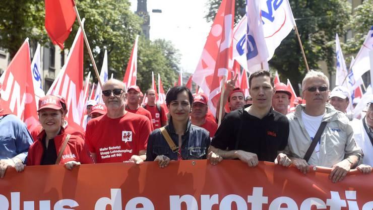 15'000 Bauarbeiter forderten in Zürich einen besseren Landesmantelvertrag. An vorderster Front mit dabei war auch Unia-Präsidentin Vania Alleva (vierte von links).