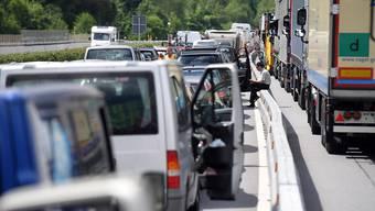 Warten ist angesagt: Viele Reisende wurden am Samstag von den langen Wartezeiten vor dem Gotthard-Südportal überrascht. Erwartet worden waren Staus vor allem auf der Nordseite des Tunnels. (Archivbild)