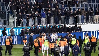 GC-Spieler stehen vor GC-Hooligans nach dem Abbruch eines Spiels zwischen dem FC Luzern und dem Grasshopper Club Zürich. Der Ständerat hat am Dienstag über solche Vorfälle diskutiert und ein Hooligan-Abkommen genehmigt. (Archivbild)