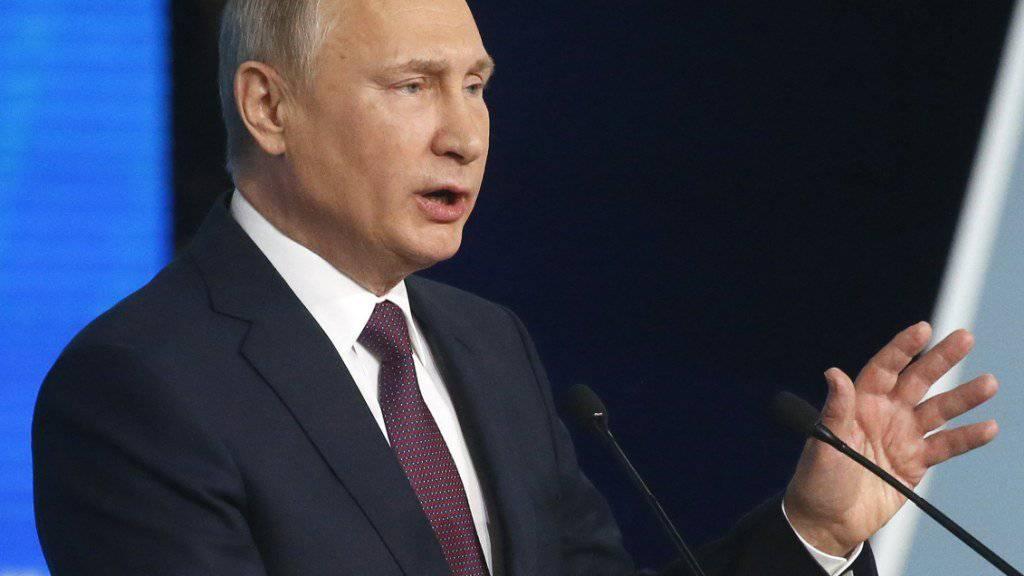 Russlands Präsident Wladimir Putin will die Rückkehr von Kapital aus dem Ausland fördern. Eine 13-prozentige Steuer auf zurückgeholte Mittel soll abgeschafft werden. (Archivbild)